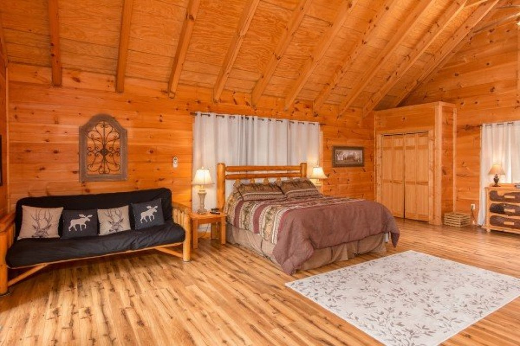 Photo of a Sevierville Cabin named Whispering Oak - This is the twelfth photo in the set.