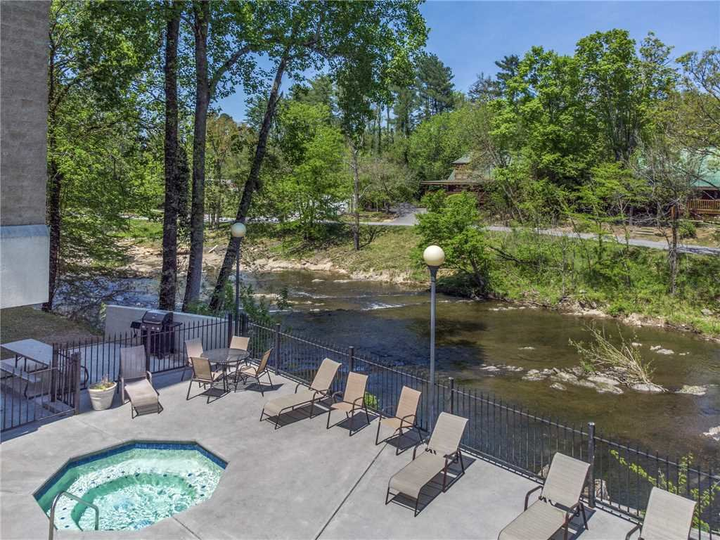 Photo of a Pigeon Forge Condo named Riverside Luxury Cedar Lodge 402 - This is the eighteenth photo in the set.
