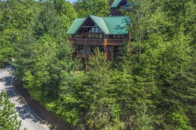 Eagles Point Lodge, 4br, Pool Access, Game Room, Hot Tub, Sleeps 16