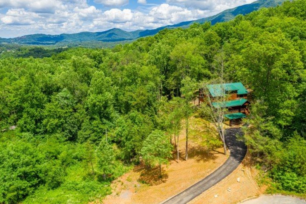 Photo of a Sevierville Cabin named Heavenly Daze - This is the first photo in the set.