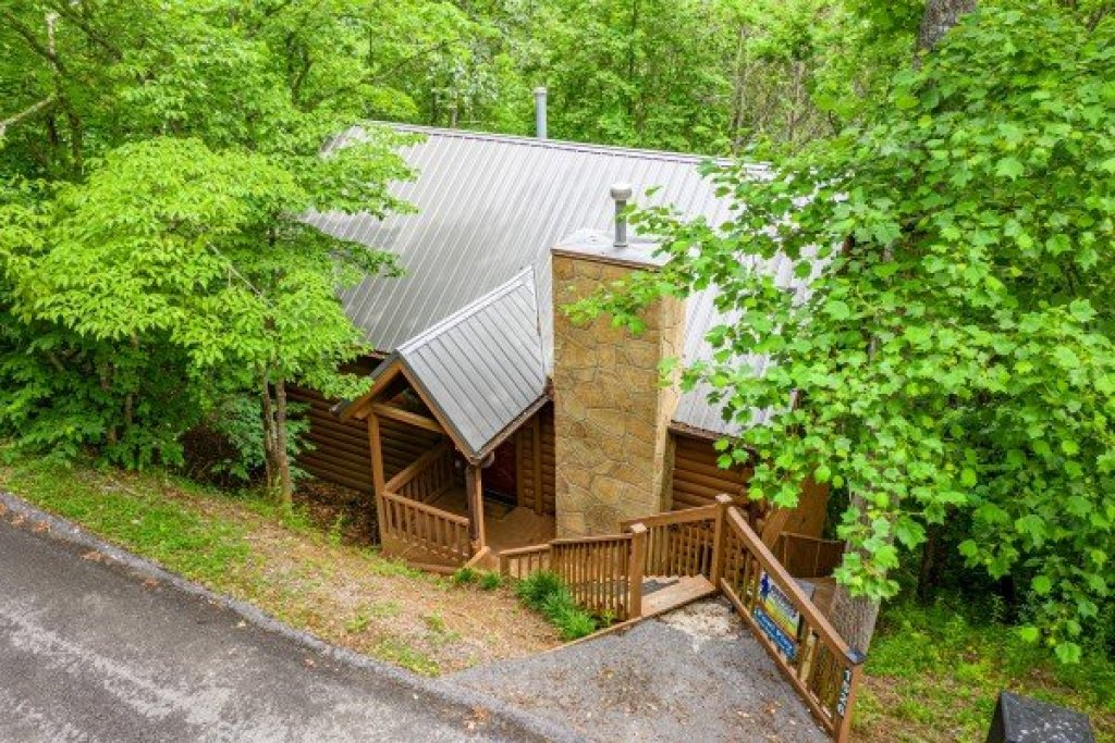 Photo of a Sevierville Cabin named Fowl Play - This is the fourth photo in the set.