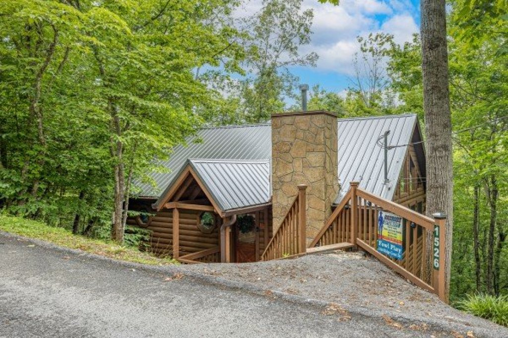 Photo of a Sevierville Cabin named Fowl Play - This is the third photo in the set.