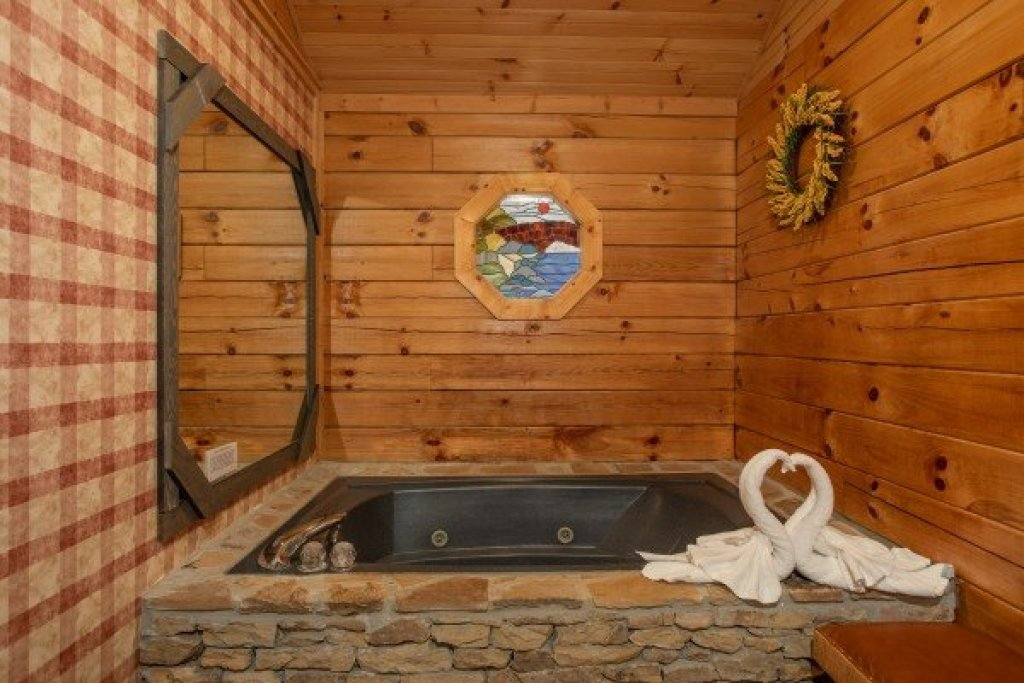 Photo of a Sevierville Cabin named Fowl Play - This is the seventeenth photo in the set.