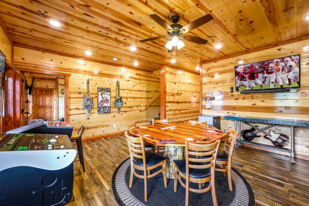 Photo of a Sevierville Cabin named Lazy Bear Lodge - This is the twenty-ninth photo in the set.
