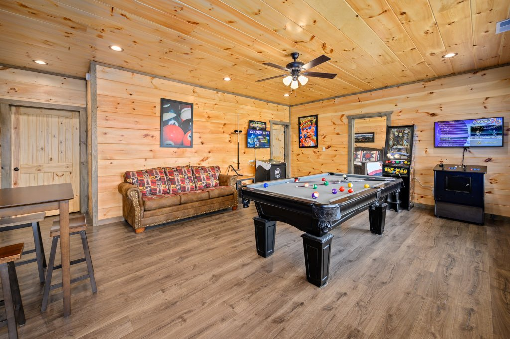 Photo of a Pigeon Forge Cabin named Bear Foot Retreat - This is the second photo in the set.