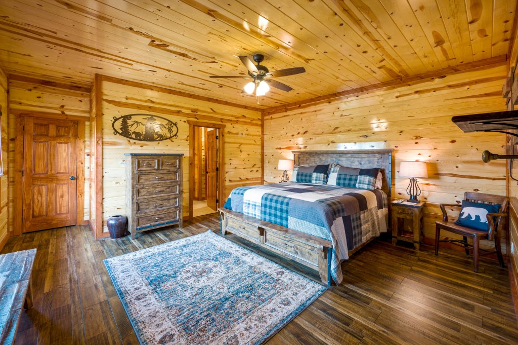 Photo of a Sevierville Cabin named Lazy Bear Lodge - This is the fourteenth photo in the set.