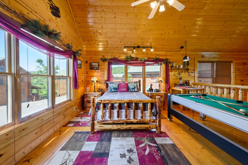 Photo of a Sevierville Cabin named Bearslide Inn - This is the thirtieth photo in the set.