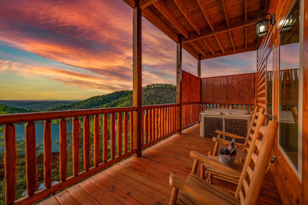 Photo of a Sevierville Cabin named Firefly Escape - This is the eighty-eighth photo in the set.