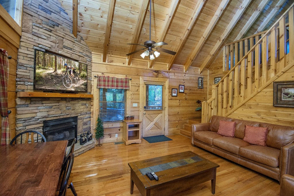Photo of a Pigeon Forge Cabin named  Black Hawk Hideaway - This is the third photo in the set.