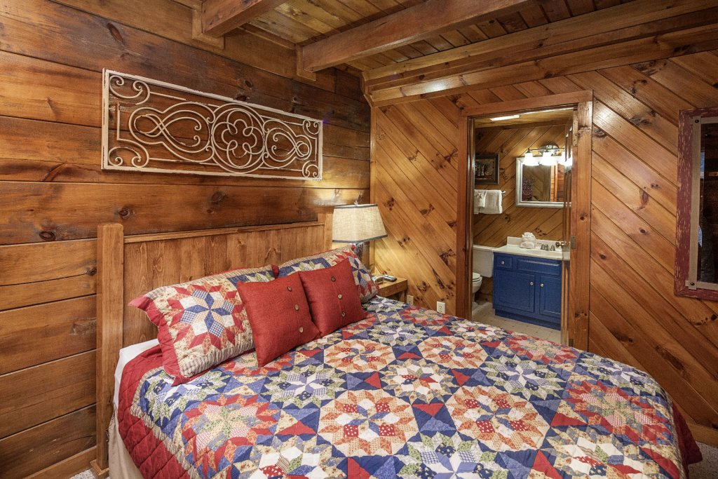 Photo of a Pigeon Forge Cabin named  Moody Blue - This is the fourteenth photo in the set.