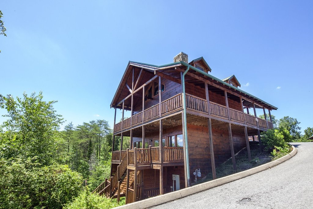 Photo of a Sevierville Cabin named  Simply The Best - This is the first photo in the set.