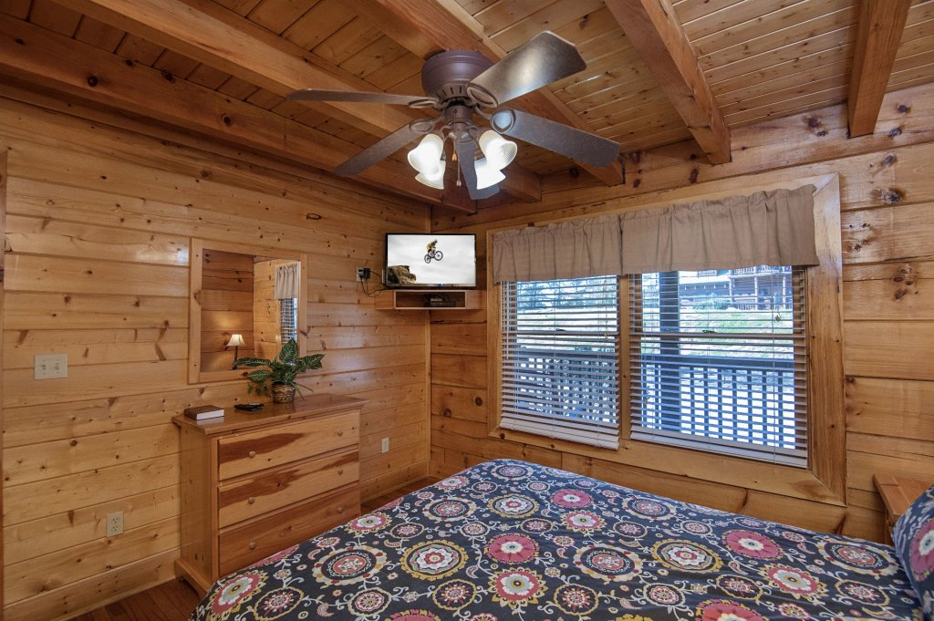 Photo of a Sevierville Cabin named  The Cedars - This is the thirty-fourth photo in the set.