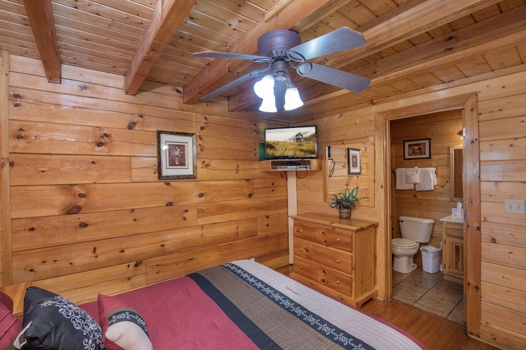 Photo of a Sevierville Cabin named  The Cedars - This is the thirty-sixth photo in the set.