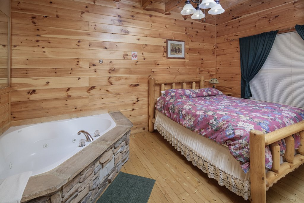 Photo of a Sevierville Cabin named Bear Hugs - This is the eighteenth photo in the set.