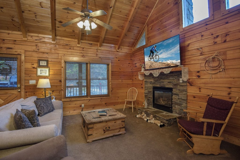 Photo of a Pigeon Forge Cabin named  Smooth Landing - This is the second photo in the set.