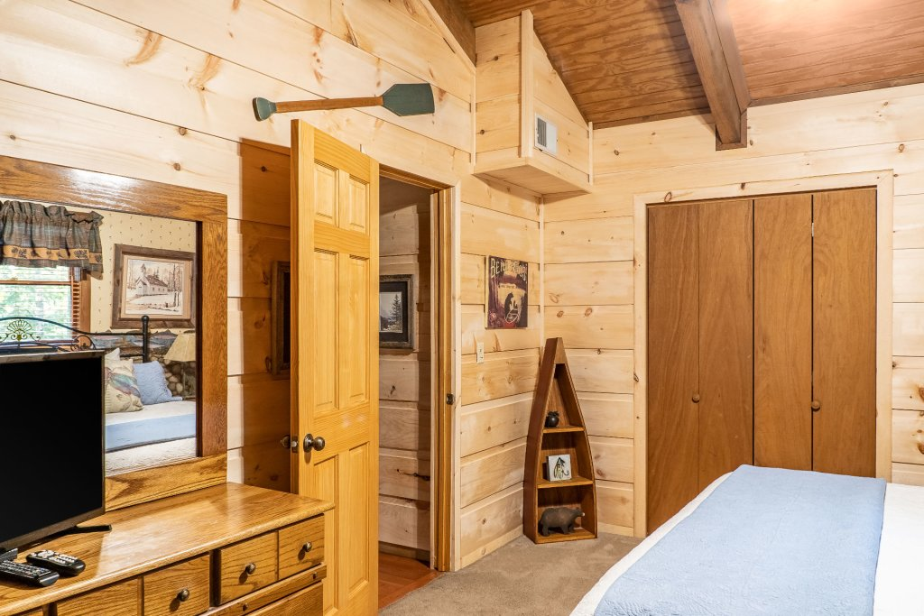 Photo of a Pigeon Forge Cabin named The Loon's Nest (formerly C.o.24) - This is the twenty-second photo in the set.