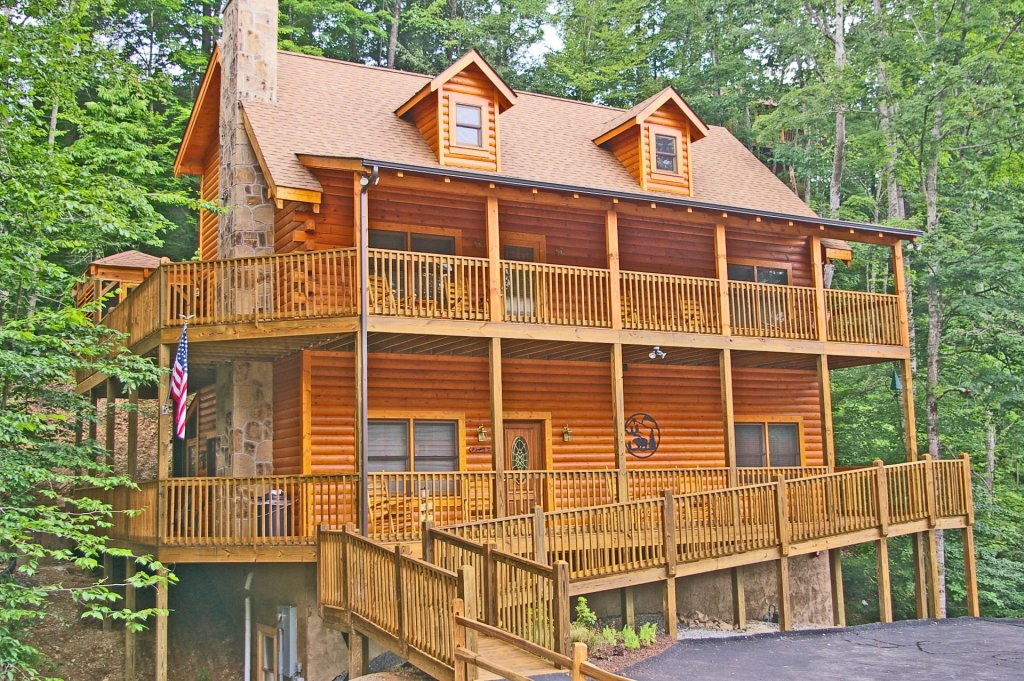 Photo of a Pigeon Forge Cabin named  Bear Right Inn - This is the first photo in the set.