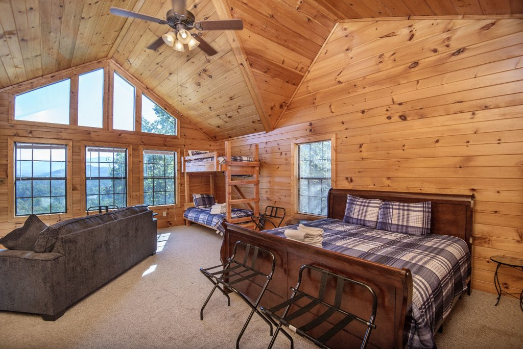 Photo of a Sevierville Cabin named Dunder Mountain Views Cabin Retreat - This is the thirty-first photo in the set.