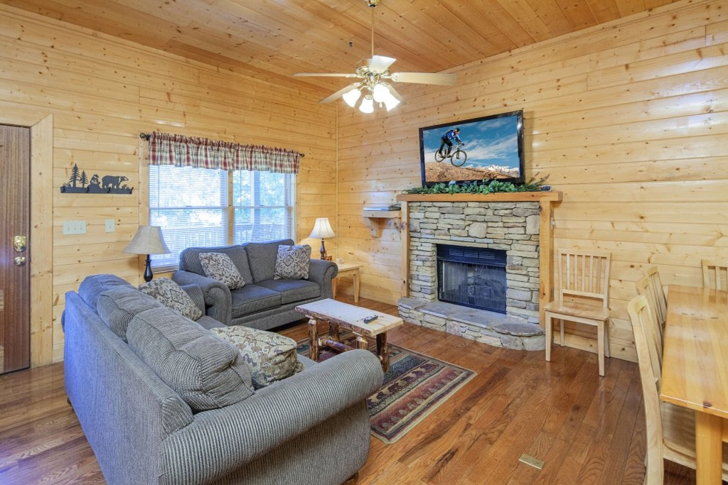 Photo of a Pigeon Forge Cabin named  Bear Right Inn - This is the second photo in the set.
