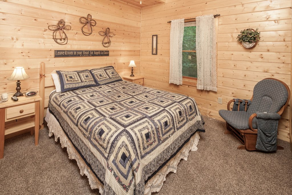 Photo of a Pigeon Forge Cabin named  Bear Right Inn - This is the fourteenth photo in the set.