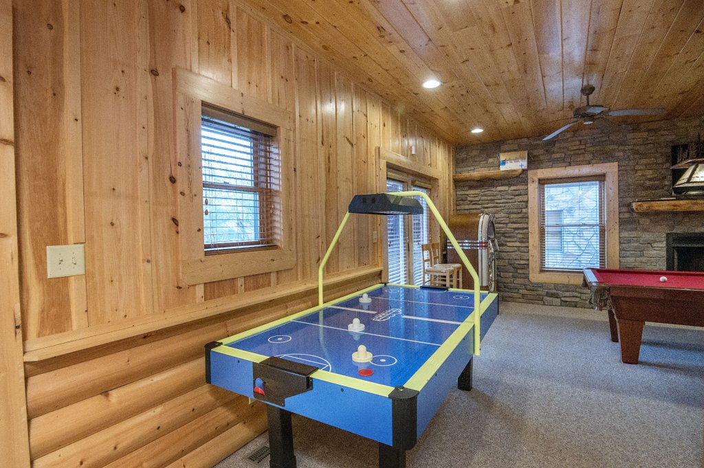 Photo of a Sevierville Cabin named Arrowhead Lodge - This is the eighteenth photo in the set.