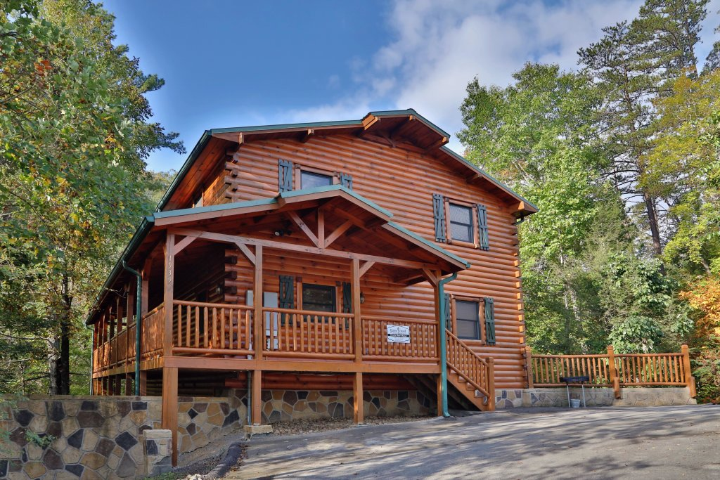 Photo of a Sevierville Cabin named Smoky Bear Manor - This is the second photo in the set.