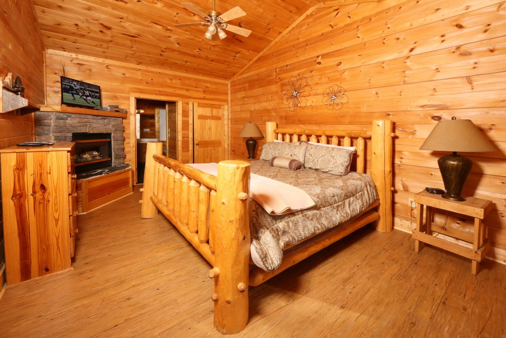 Photo of a Pigeon Forge Cabin named Big Pine Lodge - This is the fourteenth photo in the set.