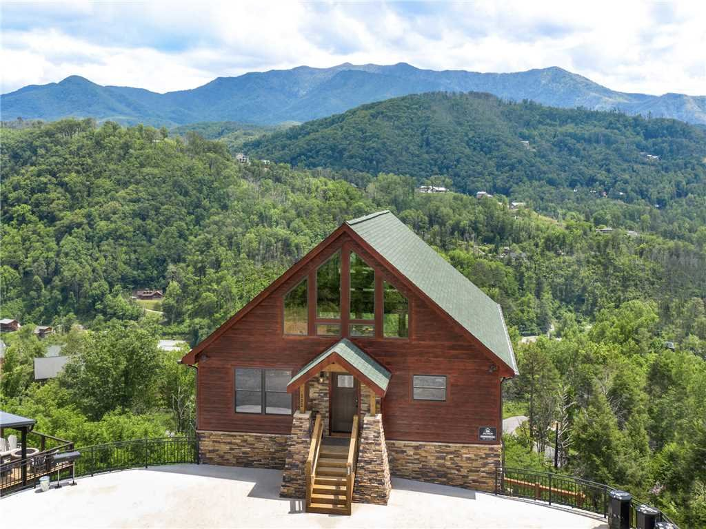 Photo of a Gatlinburg Cabin named Splashtastic View Lodge - This is the second photo in the set.