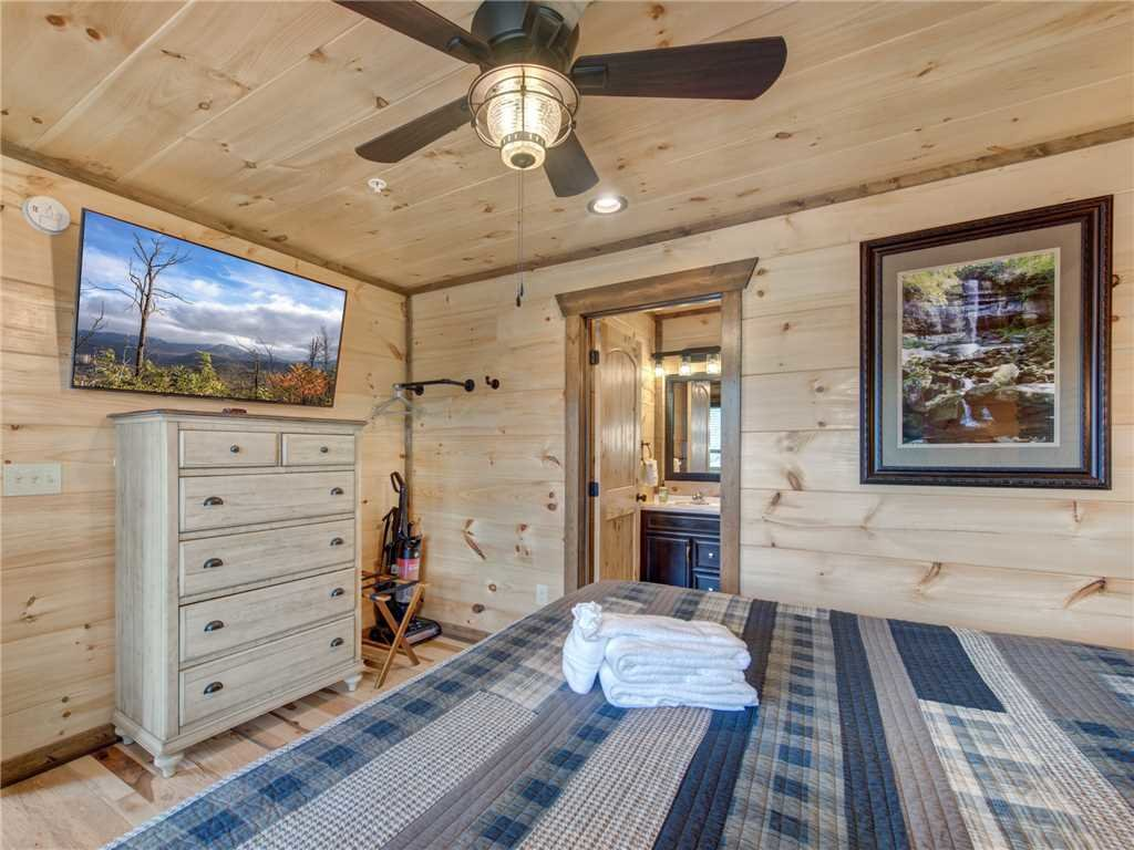 Photo of a Gatlinburg Cabin named Splashtastic View Lodge - This is the thirtieth photo in the set.