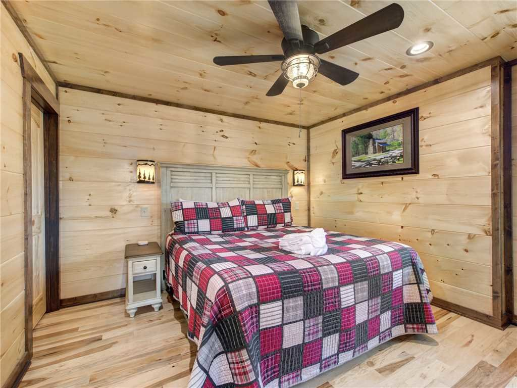 Photo of a Gatlinburg Cabin named Splashtastic View Lodge - This is the thirty-second photo in the set.