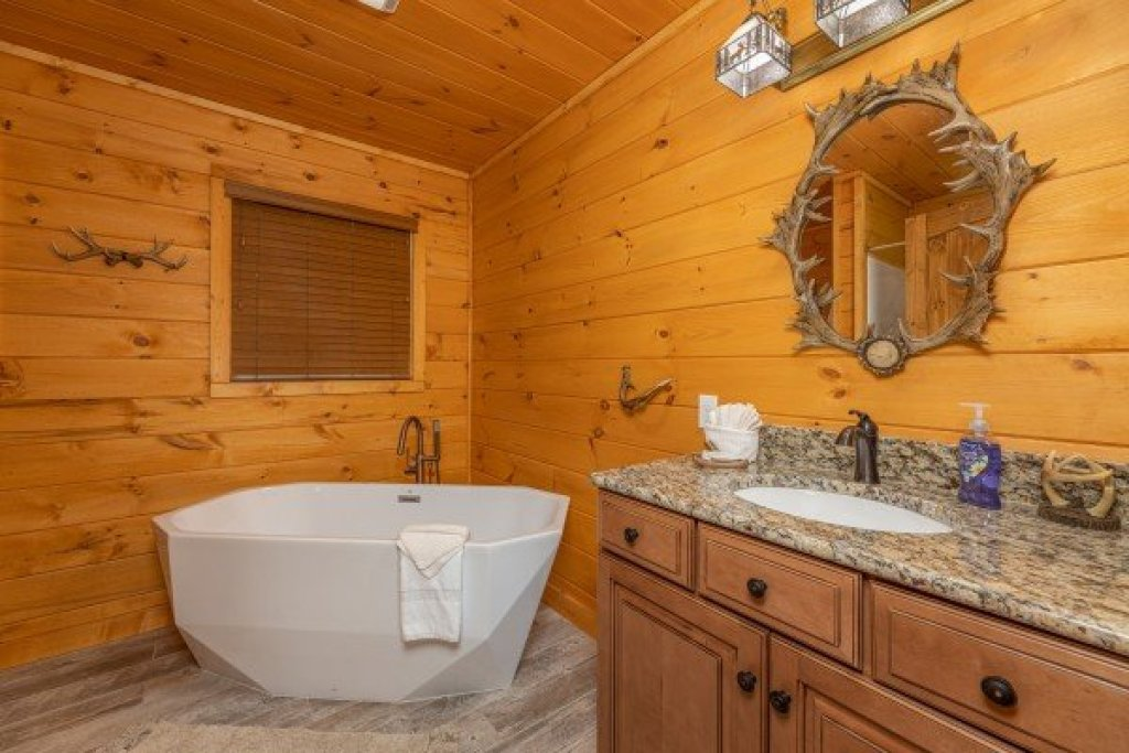 Photo of a Sevierville Cabin named J's Hideaway - This is the eleventh photo in the set.