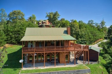 4 Bedroom, 3 Bathroom Luxury Cabin For 12 With Level Parking And Easy To Access.
