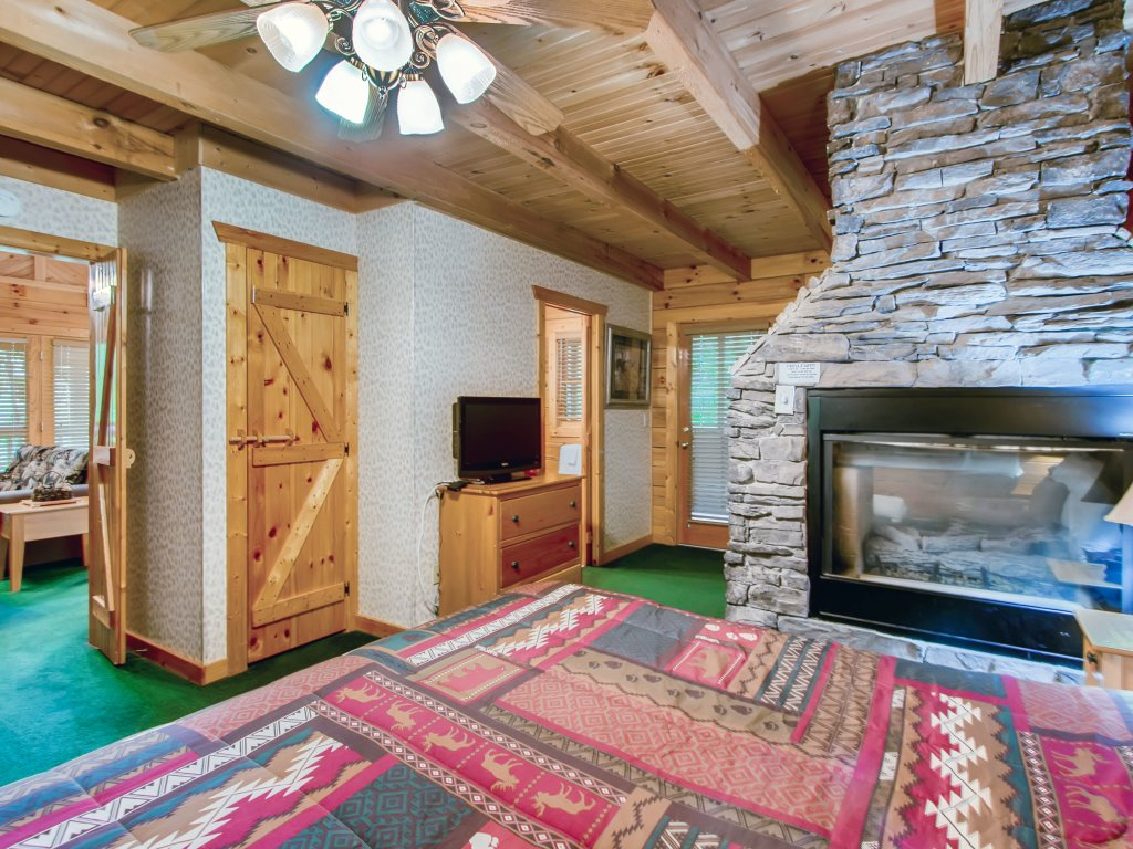 Photo of a Sevierville Cabin named Cabin Fever #117 - This is the sixteenth photo in the set.