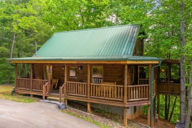A 2 Bedroom, 2 Bathroom, Luxury Cabin For 6. Newly Remodeled & Semi-secluded.