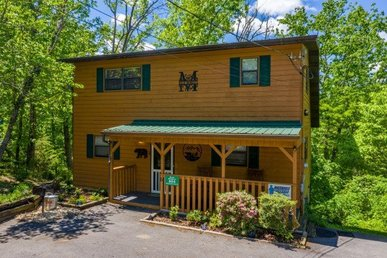 2 Bedroom, 2 Bath Value Cabin For 6 With A Hot Tub & Pool Table In A Resort.
