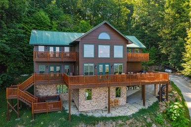 4 Bedroom, 3.5 Bath Luxury Cabin For 15 In A Resort With Incredible Views.