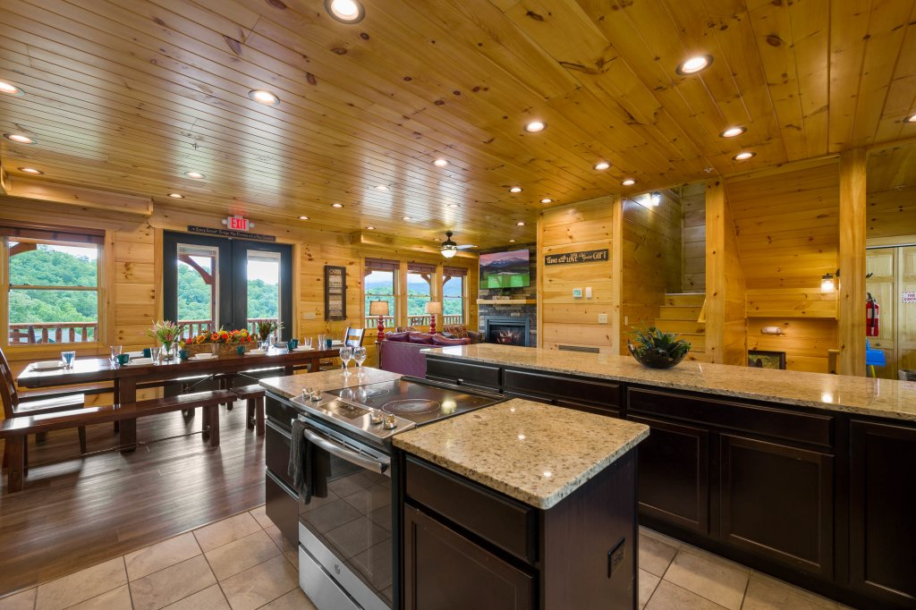 Photo of a Gatlinburg Cabin named Bear Splash Adventure - This is the ninety-third photo in the set.