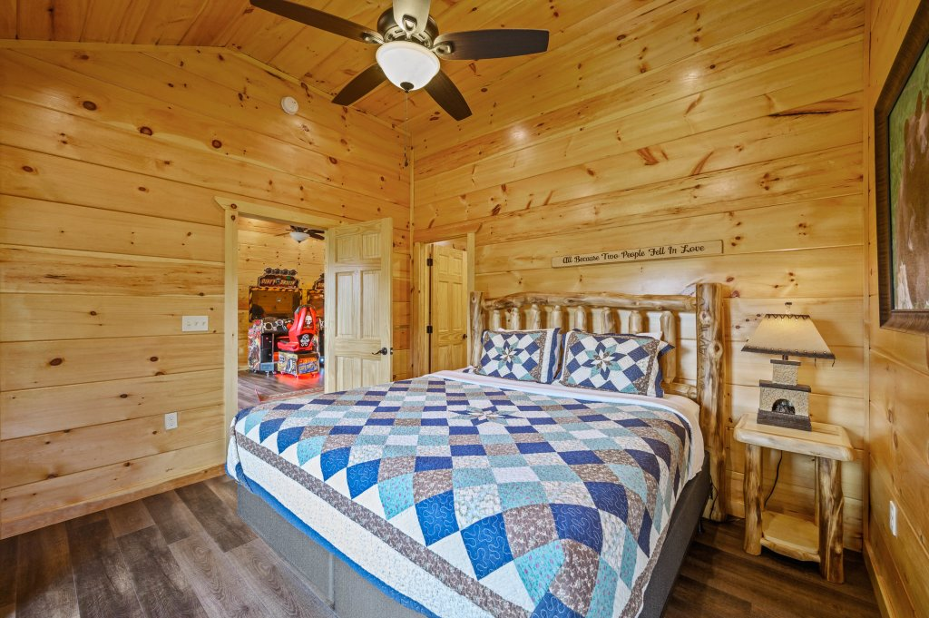 Photo of a Gatlinburg Cabin named Bear Splash Adventure - This is the eighty-fourth photo in the set.