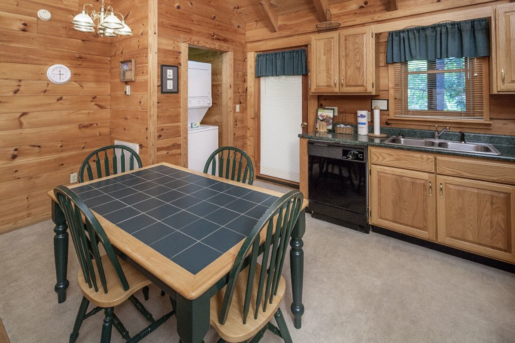 Photo of a Pigeon Forge Cabin named  Bear Tracks - This is the fifth photo in the set.