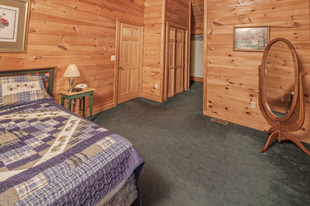 Photo of a Pigeon Forge Cabin named  Bear Tracks - This is the fourteenth photo in the set.