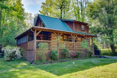 Downtown Gatlinburg Log Cabin With Video Arcade Game & Private Hot Tub