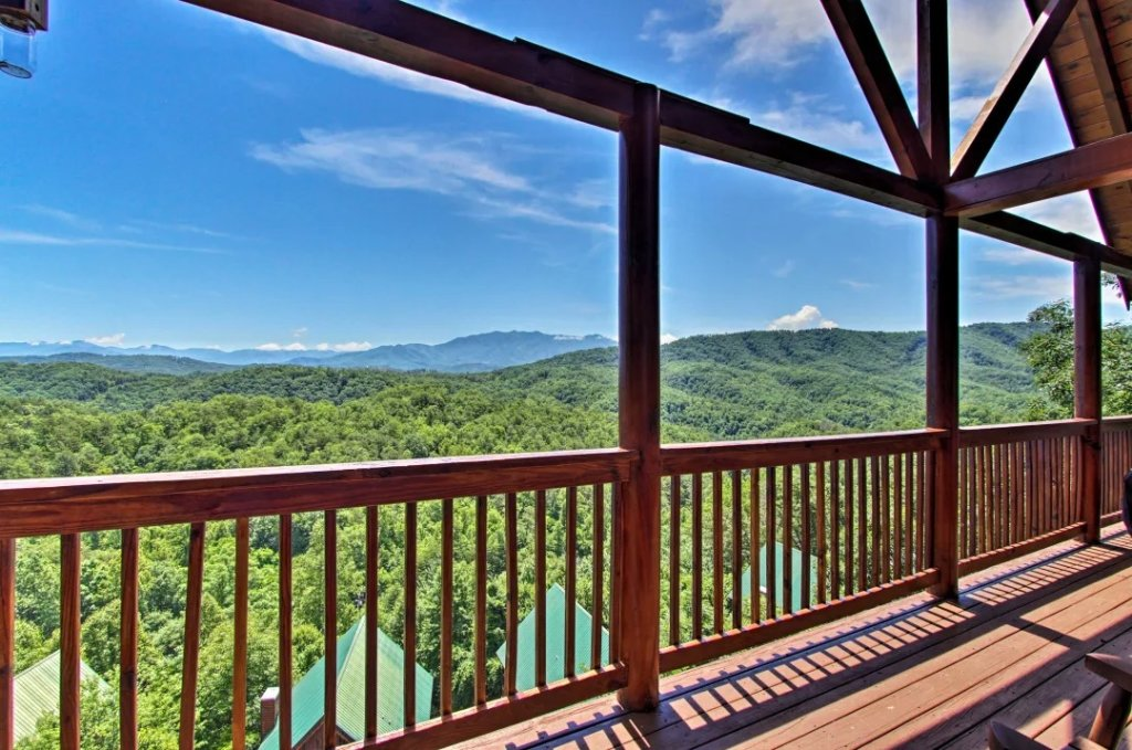 Photo of a Pigeon Forge Cabin named Raccoon Ridge - This is the second photo in the set.