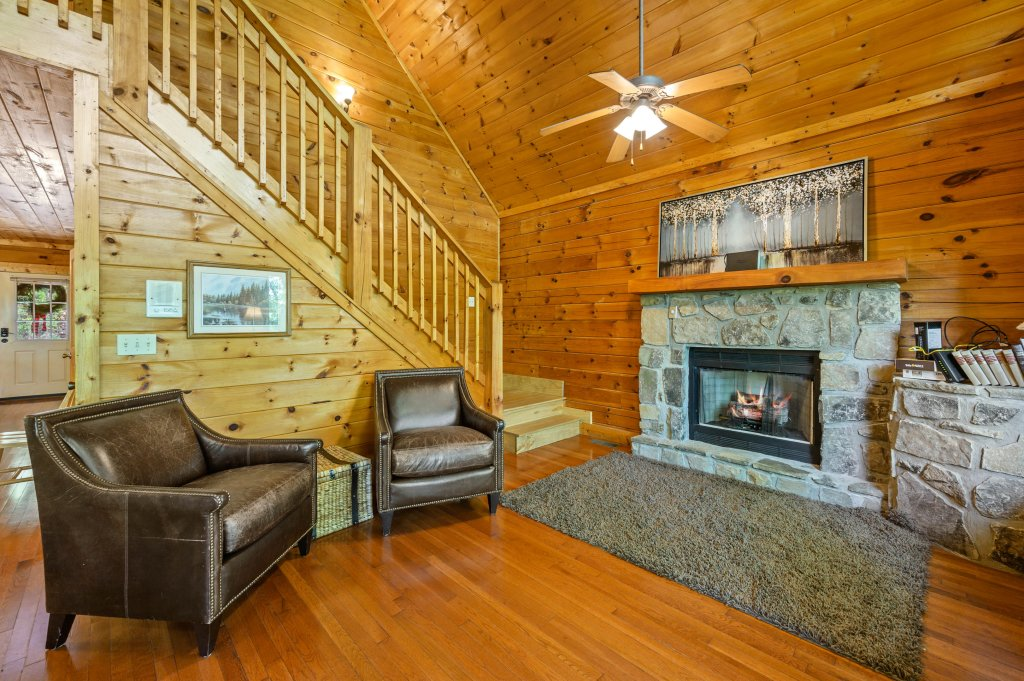 Photo of a Pigeon Forge Cabin named Cinnamon Chalet - This is the third photo in the set.