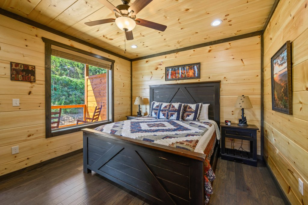 Photo of a Pigeon Forge Cabin named Splashin And Relaxin - This is the sixty-seventh photo in the set.