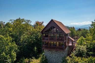 A 2 Bedroom, 2 Bath, Luxury Cabin For 8 With Views Of The Mountains & Lights.