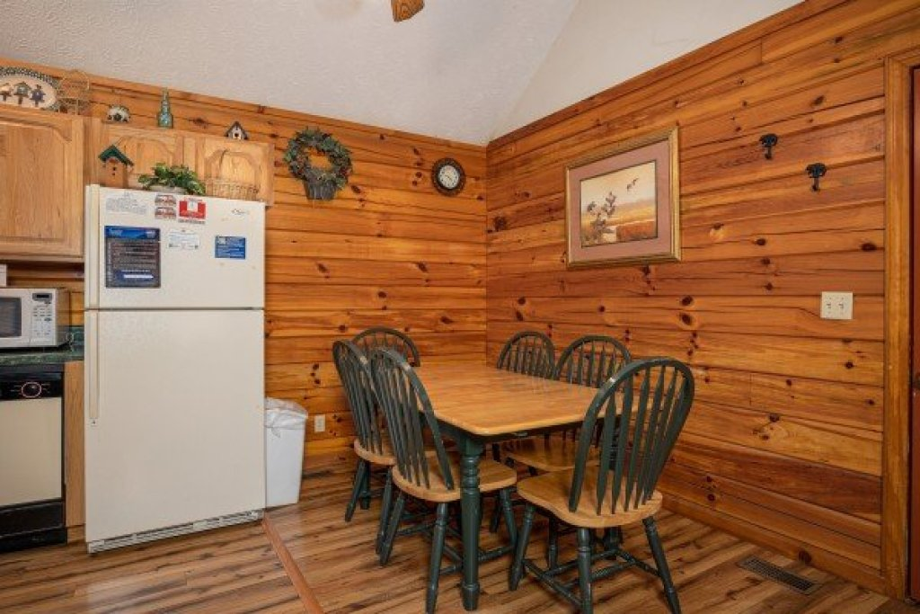 Photo of a Pigeon Forge Cabin named Oakwood - This is the sixth photo in the set.