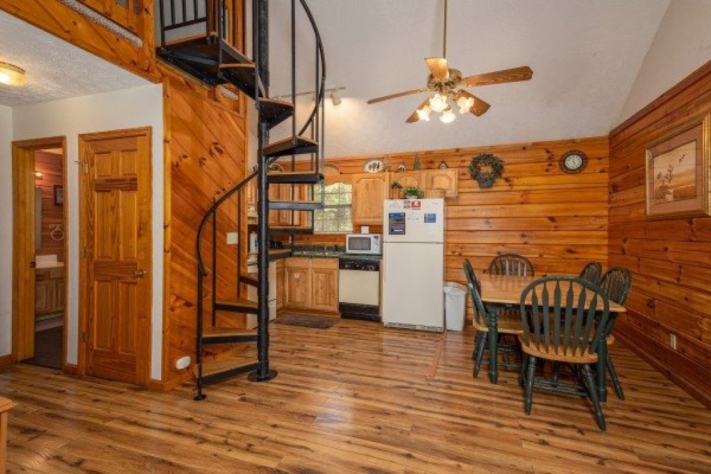 Photo of a Pigeon Forge Cabin named Oakwood - This is the fifth photo in the set.