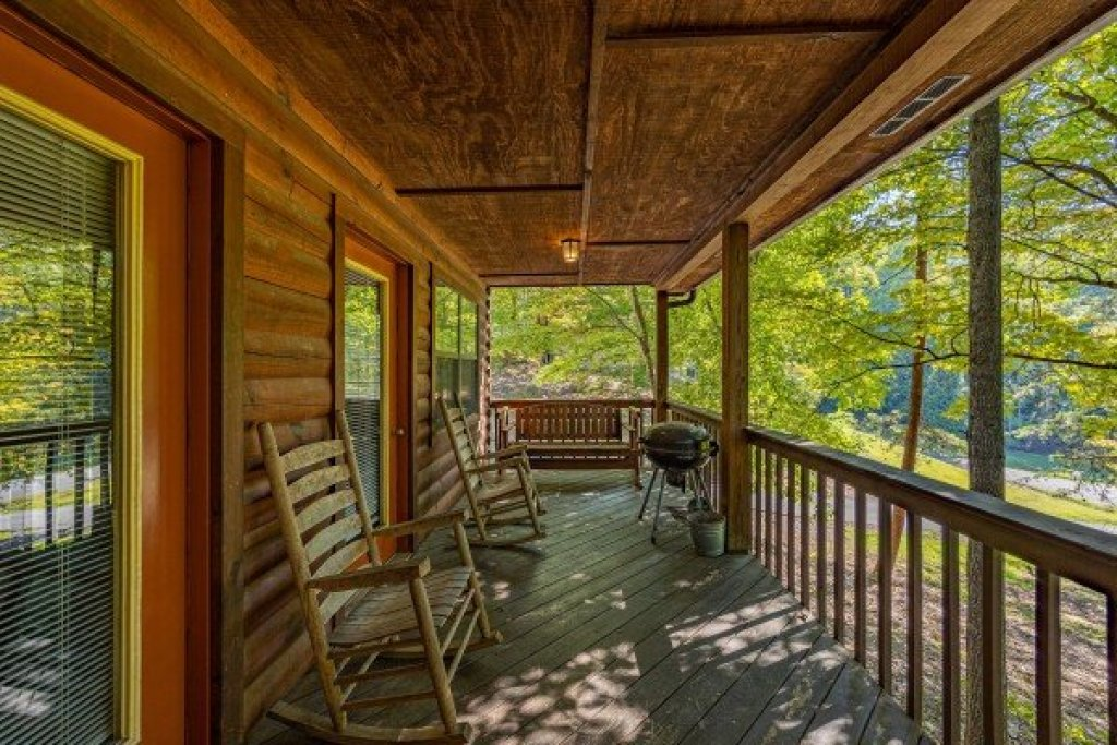 Photo of a Pigeon Forge Cabin named Oakwood - This is the sixteenth photo in the set.