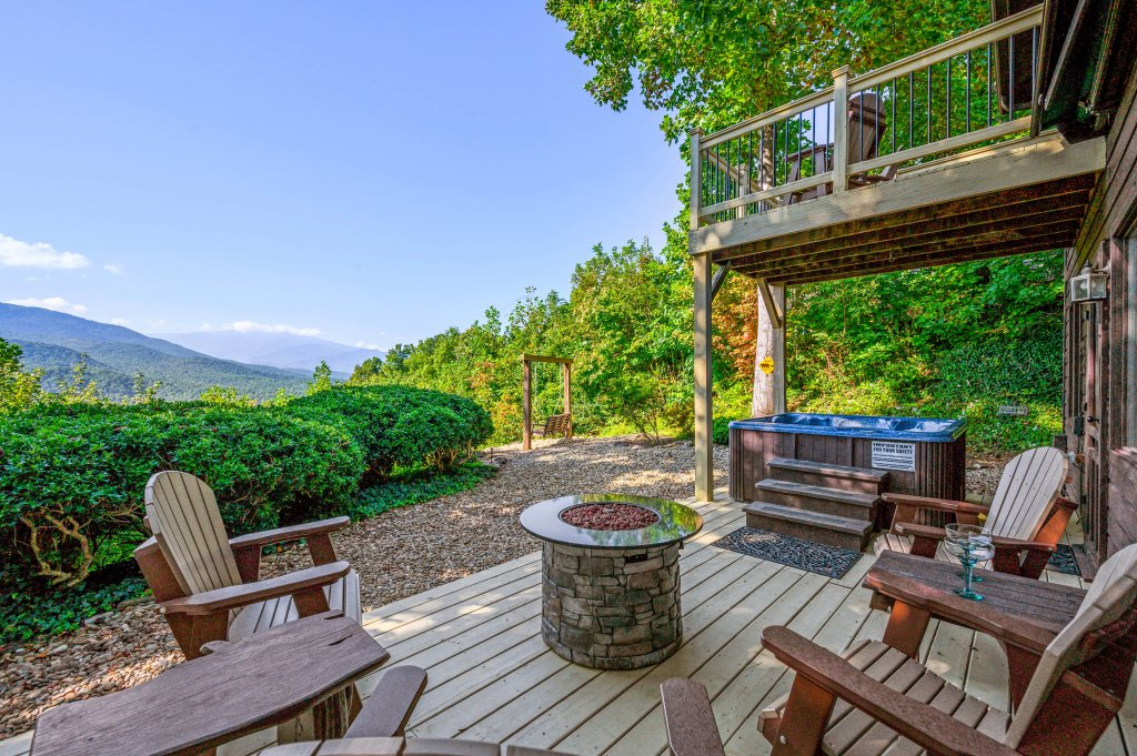 Photo of a Gatlinburg Cabin named Find Your Bear-ings - This is the second photo in the set.