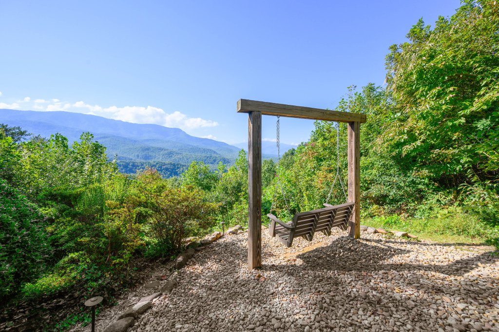 Photo of a Gatlinburg Cabin named Find Your Bear-ings - This is the fifty-first photo in the set.